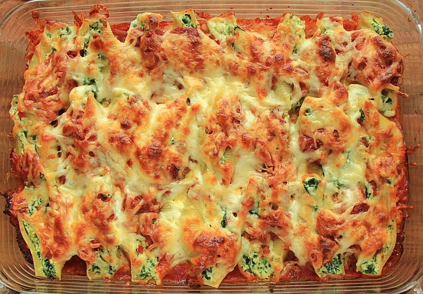 Baked ricotta and spinach filled pasta shells